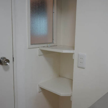 バスルーム入り口にちょっとした棚が嬉しい。タオル置き場に。