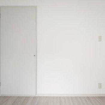 ドアも白×白でスタイリッシュ