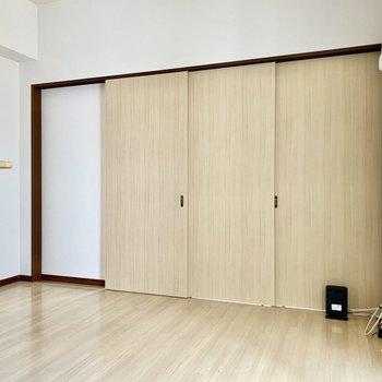 リビングと洋室は3枚の引き戸で仕切るタイプ。(※写真は清掃前のものです)