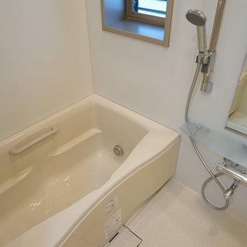 お風呂は機能的で窓もGood!※写真は別室