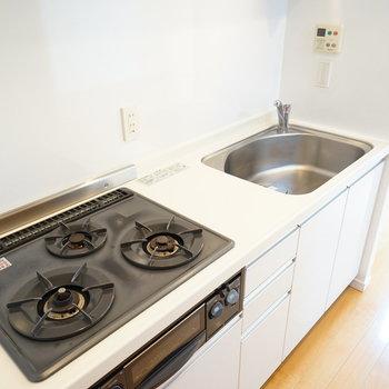 キッチンは3口で使い勝手◎※写真は別室