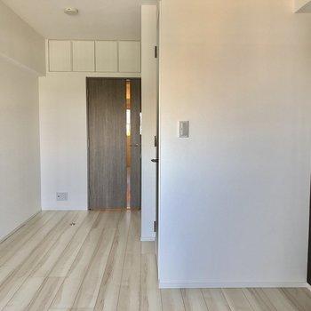 フローリング、壁、ドアの色のバランス◎