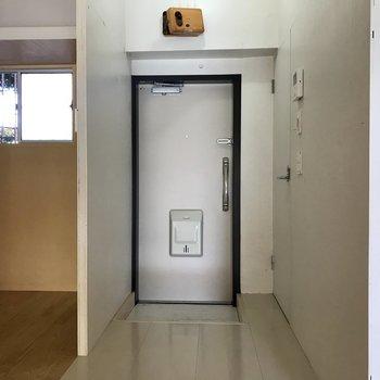 玄関入ってすぐにトイレです。
