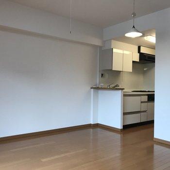 キッチン横に小さなカウンターあり