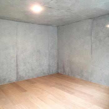 階段おりると床下スペースが!