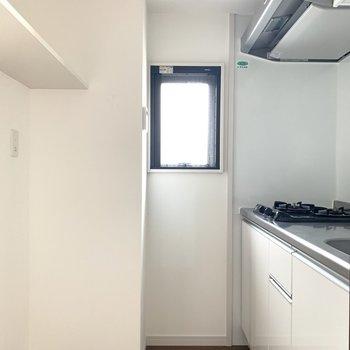 お部屋みたいに囲まれたキッチンは小窓付きで圧迫感を感じさせない