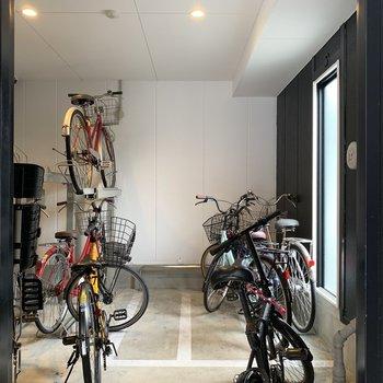 駐輪場は室内で、盗難や雨の心配も減るね。