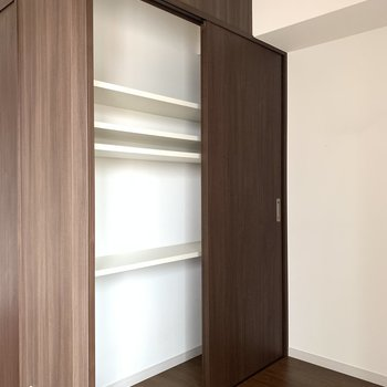引き戸式のクローゼット。棚の位置を変えられるのがうれしい〜