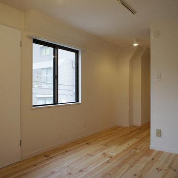 2面採光、パイン材の気持ちのいいお部屋です※写真は前回募集時のものです