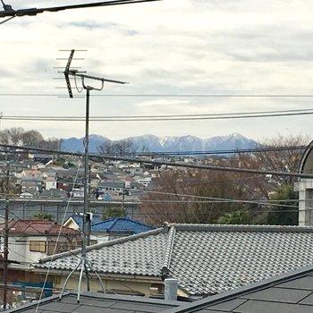 向こう側に、雪化粧の山脈がのぞめて、気持ちいい〜
