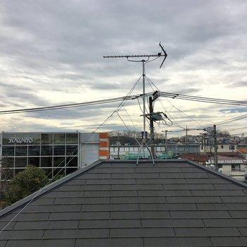 洋室からはお家の屋根と空。
