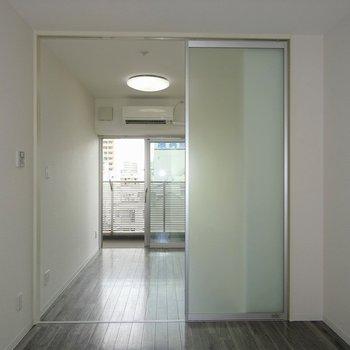 すりガラスの向こうは寝室※写真は別室です。