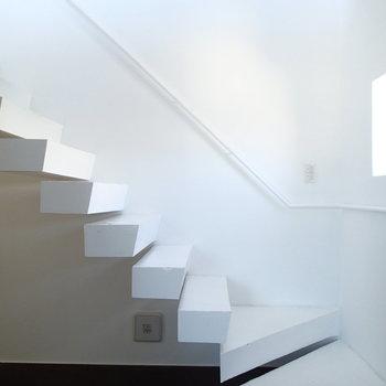 階段と窓にもこだわりを感じます。