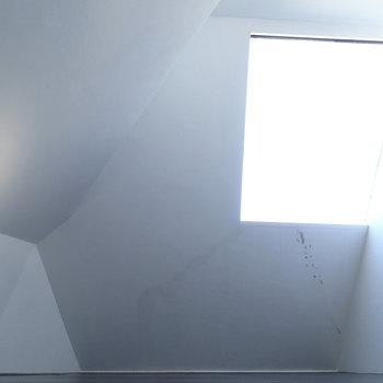 勾配のある大きな窓。