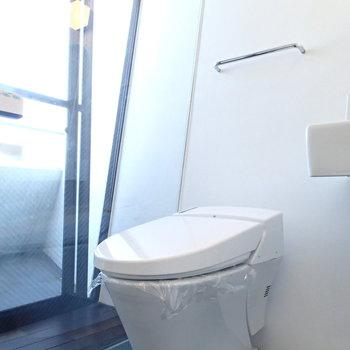 トイレもガラス張りの中に。