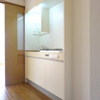キッチンは壁にビルトイン。スペースを取らないですよ