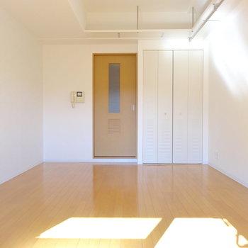 広めの居室は、デスクにベッドに居間も作れそう