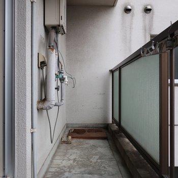 洗濯機はバルコニーが置場になります。雨風避けのカバーがあると安心ですね