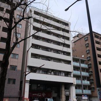 那の津通りにあるマンション。1階にはおいしそうな長浜ラーメン屋さんが入っています!