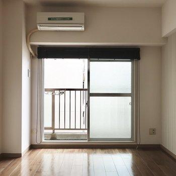 8.5帖の洋室はシンプルめな雰囲気