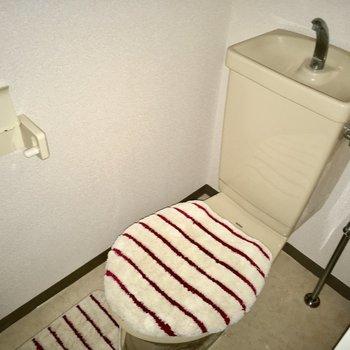 トイレはシンプルですねっ。(※写真は通電前のもので、写真の小物は見本です)