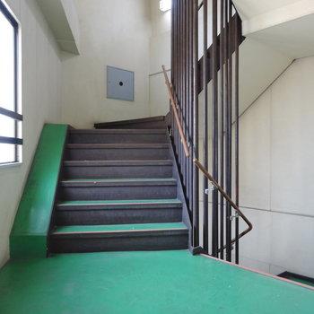 このレトロな階段を上って3階まで。