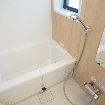 新品お風呂には窓付き追い焚きも!