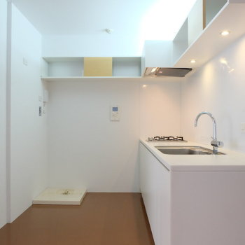 キッチンルームに洗濯機を置くことになります。欧米スタイルですね。*写真は同間取りの別部屋
