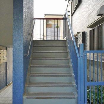 お部屋までは階段