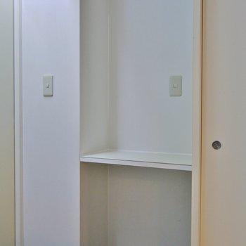 シューズBOXはありませんが小さな棚はあります