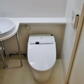 洗面台とトイレは同室です