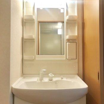 洗面台の照明は暖色系なんです◎