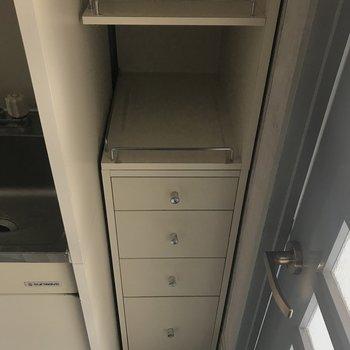 ここには電気ポットとか食器を置けそうです。