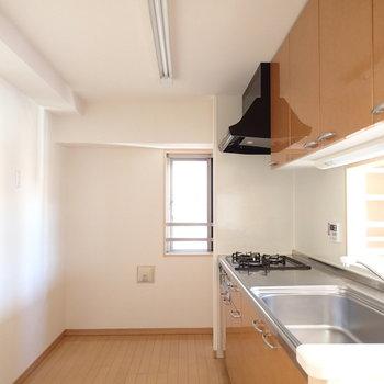 キッチンはゆったり、窓もついています。