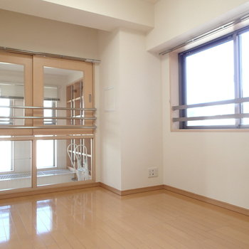 リビングに面したお部屋からはリビングへつながる窓も。