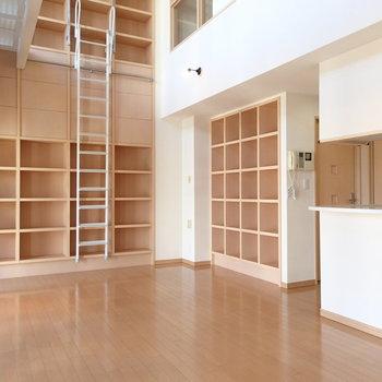 壁にも本棚があるのです。