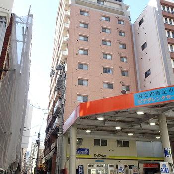 ホテルのような外観の建物、こちらの9階のお部屋です。