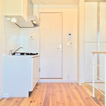 お部屋の反対側にキッチンが!※写真はクリーニング前です