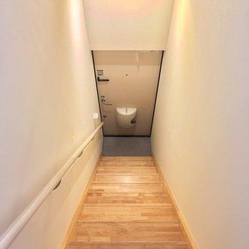 玄関へはこちらの階段から※写真はクリーニング前です
