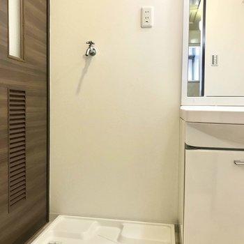 洗濯機置場、お隣に洗面台があります