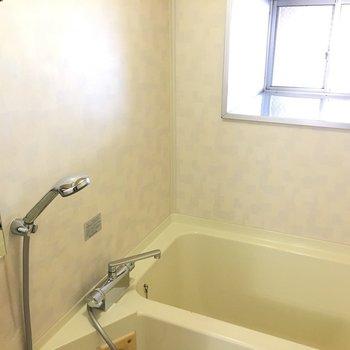 浴室。奥行きのある窓は、活用できそう
