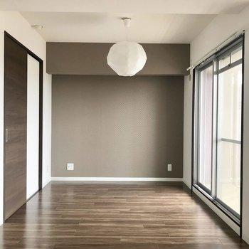 ブラウンのアクセントクロスが建具と床の色合いと合っていてGOOD◎