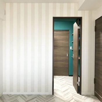縞模様の壁がかわいい洋室