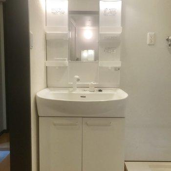 独立洗面台横に洗濯機を。