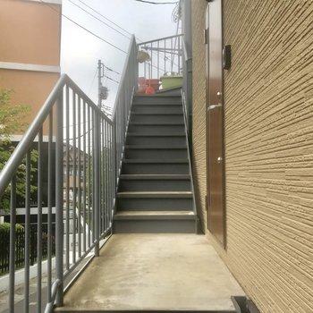 ちょっとだけ階段を上がったところのお部屋です。