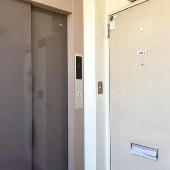 ドアのすぐ隣がエレベーターで便利。すぐ前には階段もあります。