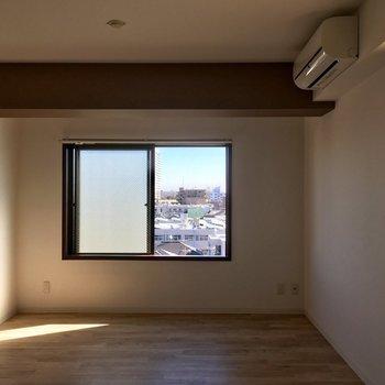 東側にも窓があって爽やかな光が降り注ぎます。