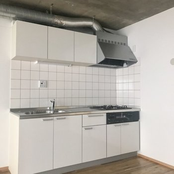 キッチンはどっしりしっかりの大きめサイズ!