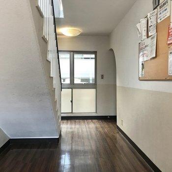 共用部はレトロ。お部屋の入り口がアーチになっていてかわいい。