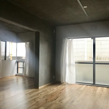 リビングと隣の居室との間にはカーテンなしなので、もし分けたいようであればご自身で間仕切りを。